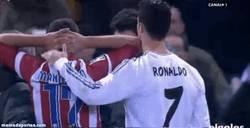 Enlace a GIF: Cristiano se preocupa por Manquillo #respect