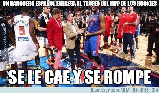 266460 - Un banquero español entrega el trofeo del MVP de los rookies