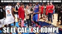 Enlace a Un banquero español entrega el trofeo del MVP de los rookies
