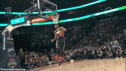 Enlace a GIF: Increíble 360 through-the-legs de Paul George