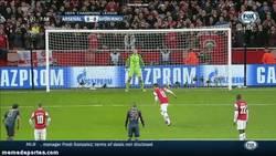 Enlace a GIF: Neuer empieza arruinándole la noche a Özil