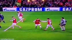 Enlace a GIF: Özil y su afán de pelear con sus compañeros en los partidos