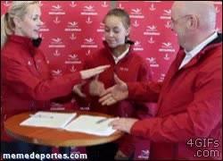 Enlace a GIF: Así de compenetrados estuvieron ayer los jugadores del Sevilla
