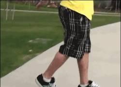 Enlace a GIF: El mago del skateboard sin tabla