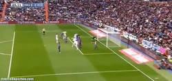 Enlace a GIF: El casi Gol Olímpico de Di María, tremendo trallazo en el poste