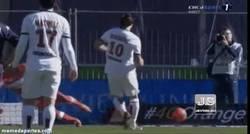 Enlace a GIF: Ibra marca de penalty raso por el centro, puedes morir en paz