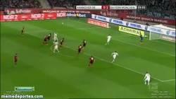 Enlace a GIF: Buenísimo centro de Bastian y gol de Thiago, que cada vez está más en forma