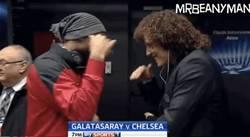 Enlace a GIF: El saludo de colegas de Drogba y David Luiz