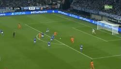 Enlace a GIF: Gol de Benzemá al Schalke 04, el que nunca hace nada