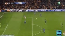 Enlace a GIF: Terry tira otro balón al campo y anulan el gol al Galatasaray. Bien jugado, Terry