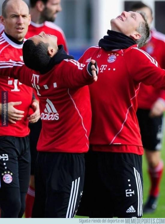 274319 - Schweinsteiger y Thiago se burlan de la celebración de Alaba y Götze
