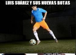 Enlace a Luis Suárez y sus nuevas botas, amor de abuela
