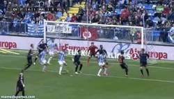 Enlace a GIF: Hay marcajes malos y después está el de Mitrovic en el gol de Santa Cruz
