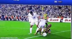 Enlace a GIF: Kuyt recibe una patada en la entrepierna en la liga turca, esto debe doler