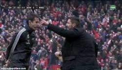 Enlace a GIF: El Cholo se come al árbitro en el gol del Madrid