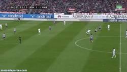 Enlace a GIF: Xabi Alonso dejando un detalle de calidad contra el Atleti