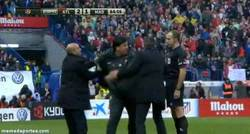 Enlace a GIF: El partido se pone cada vez más caliente, expulsado el Mono Burgos por esta acción