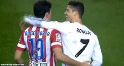 Enlace a GIF: El saludo de Costa y CR7 tras el partido. Todo queda en el campo