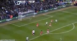 Enlace a GIF: El Gol de Soldado tras asistencia de Adebayor que le daba la victoria al Tottenham