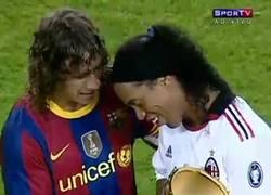 Enlace a VÍDEO: Uno de los grandes gestos de Puyol con Ronaldinho