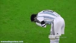 Enlace a GIF: Ésta ha sido la mejor acción de Messi durante la primera parte