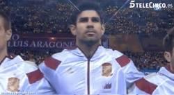 Enlace a GIF: Diego Costa escucha por primera vez el himno de España vestido de corto