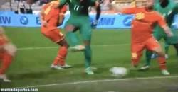 Enlace a GIF: Gol de Drogba tras acomodarse el balón con sus partes