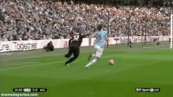 Enlace a GIF: Demichelis la vuelve a liar, provoca un penalti ante el Wigan