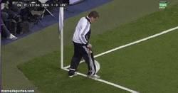 Enlace a GIF: Se ponen a alisar el césped en medio del Madrid Levante. Xavi approves this