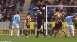 Enlace a GIF: Golazo de Silva frente al Hull City, consolándose de su eliminación de Champions