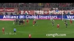 Enlace a GIF: Golazo de falta de Schweinsteiger contra el Leverkusen