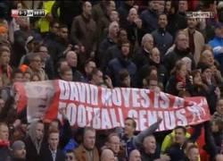 Enlace a Aficionados del Liverpool animando a Moyes