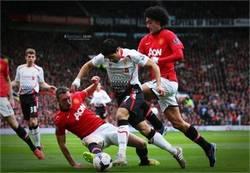 Enlace a En un Manchester United-Liverpool no podían faltar la magia de Suárez... y las caras de Jones