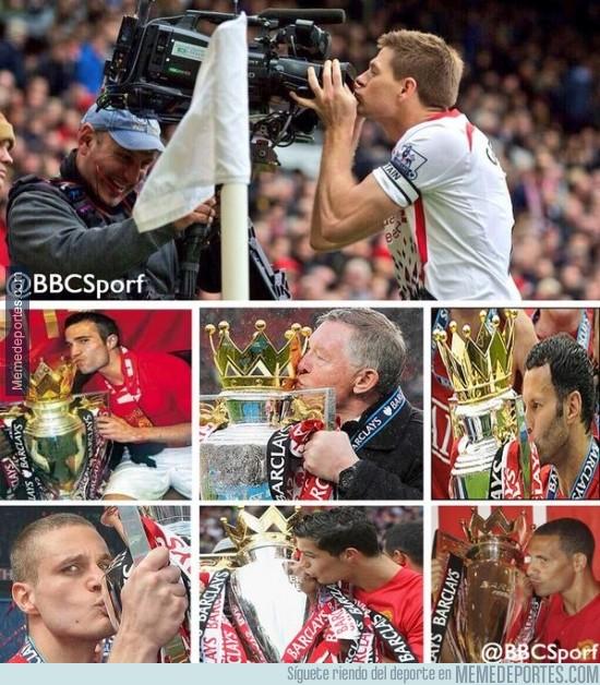 283551 - Hay gente que prefiere besar cámaras, otros trofeos [Fans del United rabiando]