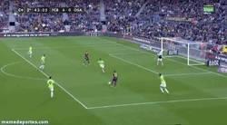 Enlace a GIF: El gol del hat-trick de Messi