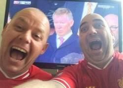 Enlace a Fans del Liverpool disfrutando de la victoria de su equipo
