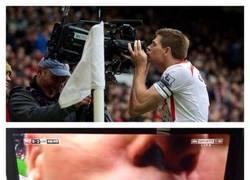 Enlace a La celebración de Gerrard desde otra perspectiva. Así no mola tanto ¿no?