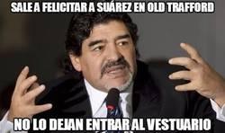 Enlace a Maradona sale a felicitar a Suárez en Old Trafford