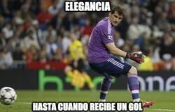 Enlace a Casillas, elegancia hasta cuando recibe un gol