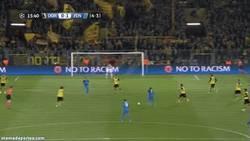 Enlace a GIF: El golazo de la bestia Hulk al Borussia