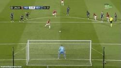 Enlace a GIF: Tras unos partidos desaparecido, llega un gol de Van Persie de penalty