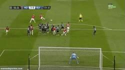 Enlace a GIF: El tercer gol de Van Persie es un golazo de falta. ¿O fallo del portero?