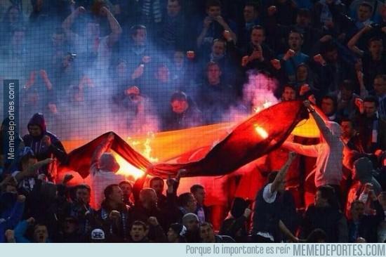 285288 - Hinchas del Zenit celebran el 2-1 quemando una bandera alemana