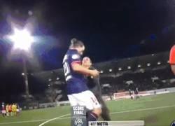 Enlace a GIF: Todos nosotros haríamos esto si Zlatan estuviera delante