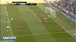 Enlace a GIF: Uno de los goles del hattrick de Suárez, tras taconazo de Sturridge