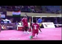 Enlace a VÍDEO: El deporte que lo peta en India: volley+futbol+tenis+karate