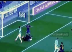 Enlace a GIF: El momento de la lesión de Valdés