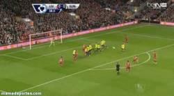 Enlace a GIF: Golazo de falta directa de Gerrard. O marca de penalty o de falta
