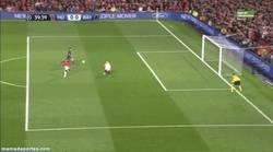 Enlace a GIF: ¿Fail de Welbeck o paradón de Neuer?