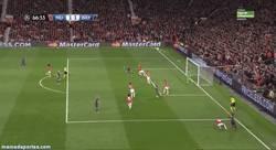 Enlace a GIF: El golazo de jugada del Bayern que enmudece Old Trafford
